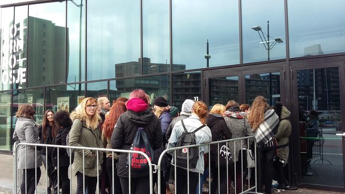 Het optreden van Tokio Hotel begint pas om zeven uur vanavond, maar half één 's middags staan de echte fans al voor Doornroosje.