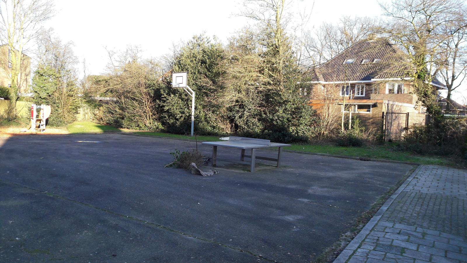 Karlijn vindt deze speelplaats aan de Ter Kuilestraat in Almelo niet prettig. Ze vroeg om een schommel aan de andere kant.