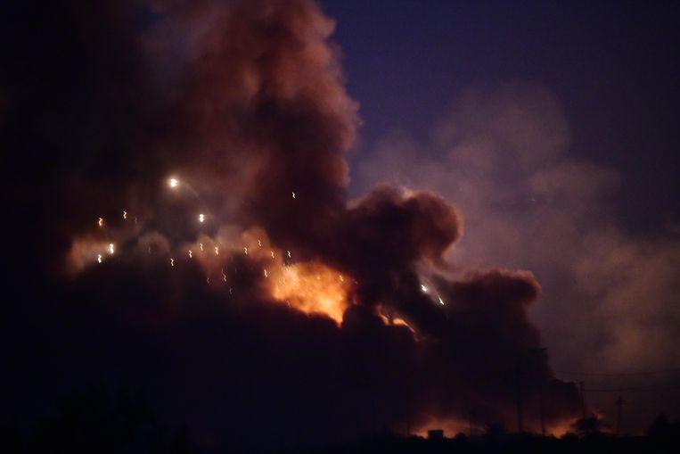 Beeld van de explosie van een wapendepot in Bagdad.
