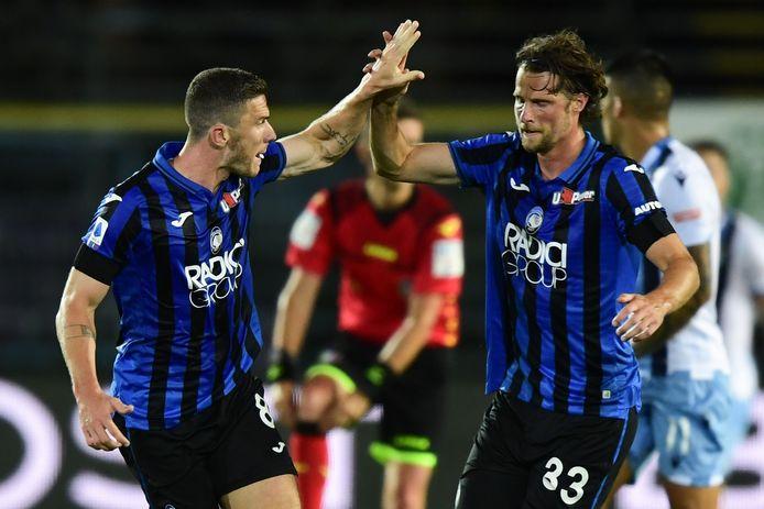 Robin Gosens (l) en Hans Hateboer vieren een goal.