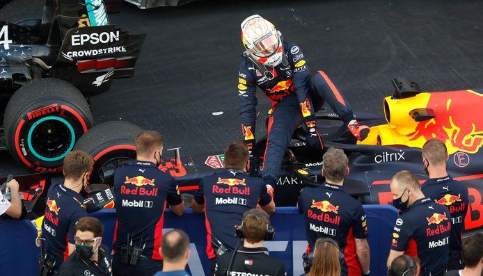 Max Verstappen stapt tevreden zijn auto uit na zijn tweede plaats in de kwalificatie.