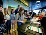 Deze meiden stemden voor de eerste keer en in gezelschap van de burgemeester
