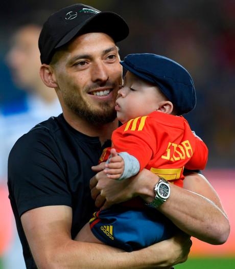 David Silva zwaait samen met zoontje Mateo af als Spaans international