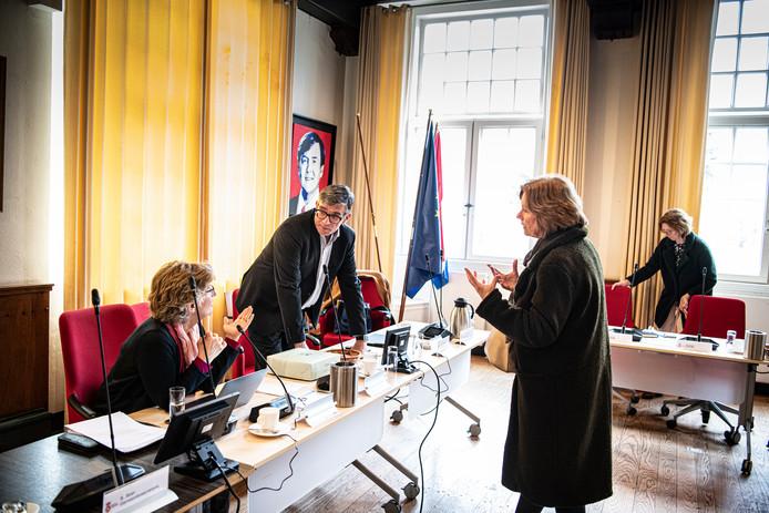 Loco-burgemeester Paul Loermans van Wijchen (staand, achter de tafel) bespreekt samen met burgemeester Corry van Rhee-Oud Ammerveld van Druten (zittend, naast hem) de coronasituatie met de crisisstaf van de Werkorganisatie Druten-Wijchen, in de raadszaal van Kasteel Wijchen.