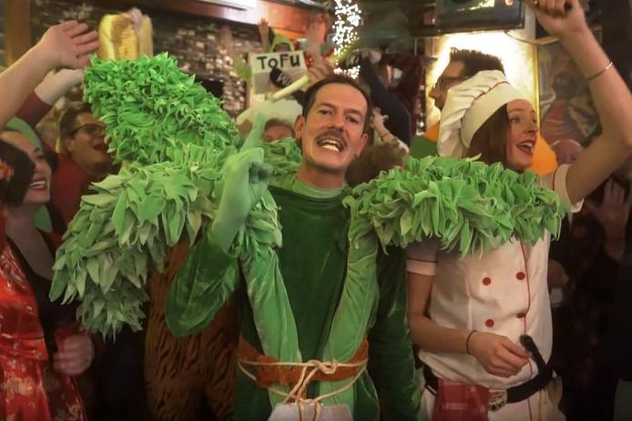 De Bredase biologieleraar Bart Stoop, alias Peter Selie, scoort momenteel met de carnavalskraker 'Hoemoes dà òk alweer?'