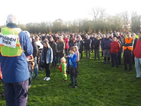 Vijfhonderd Delftenaren bijeen voor protest tegen Delftse megaschool in Tanthof
