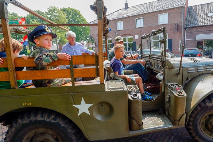 Bezoekers rijden een rondje door Hooge Mierde in een oude legerjeep.