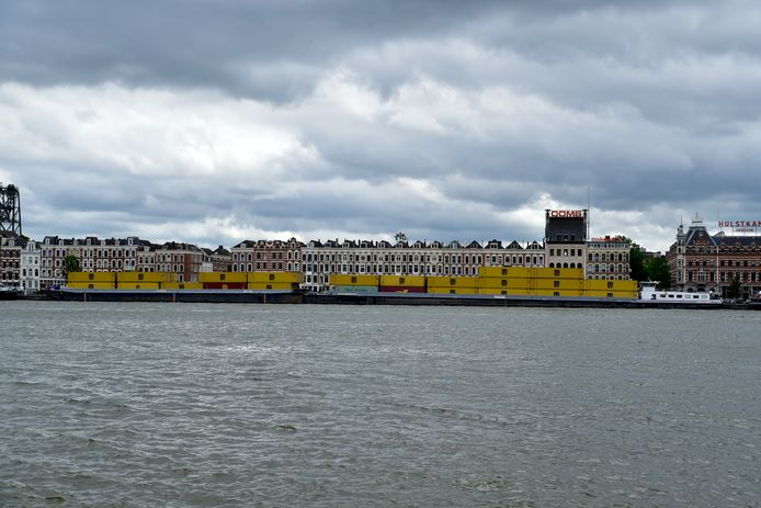 Het containerschip ligt aangemeerd bij het Noordereiland.