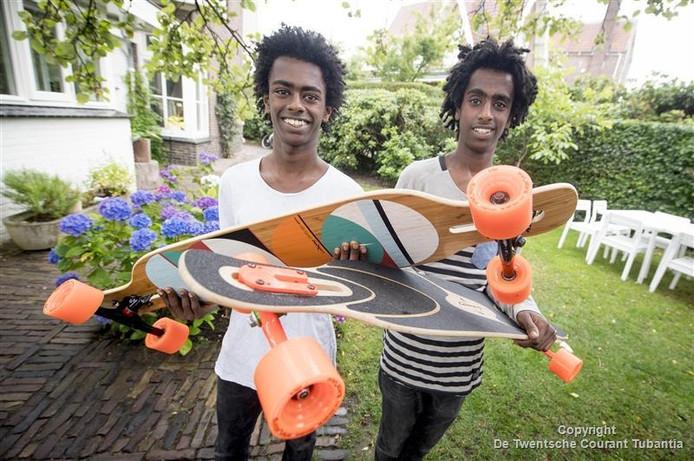 De broers Daniel en Abrish ten Broeke met hun longboards