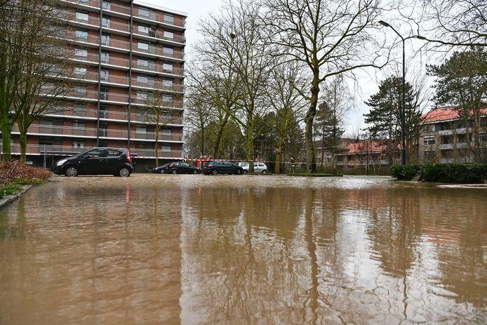 Gescheurde waterleiding zorgt voor overlast aan Paterserf in Oosterhout.