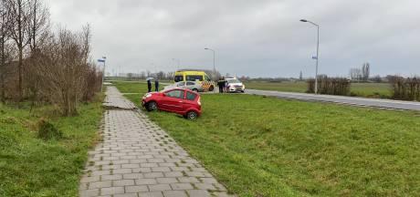 Auto raakt van de weg en eindigt in greppel in Tiel