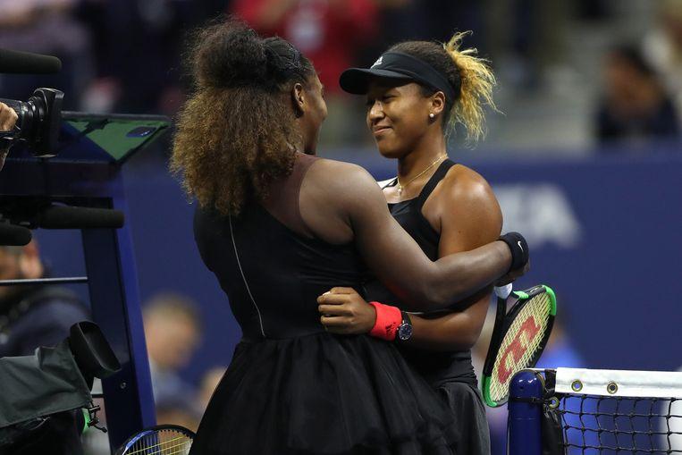 Ondanks de commotie tijdens de wedstrijd feliciteert Serena Williams haar tegenstander met de zege. Beeld AFP