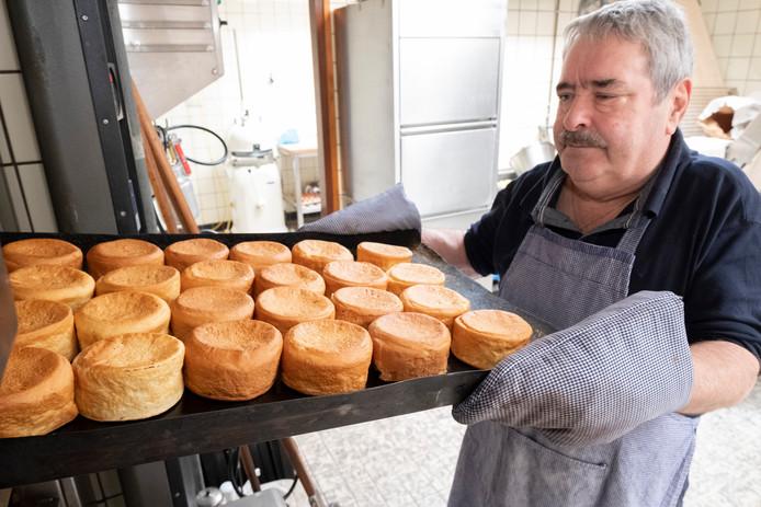 Bakker Wim Slager in Sint-Annaland heeft een vaste klantenkring voor zijn beschuitbollen.