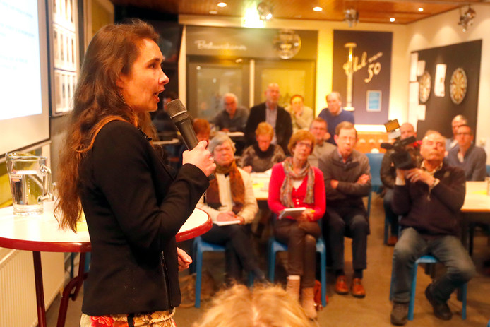 Gedeputeerde Anne Marie Spierings bezocht Nederwetten. Haar bezoek leidde direct tot een confrontatie.
