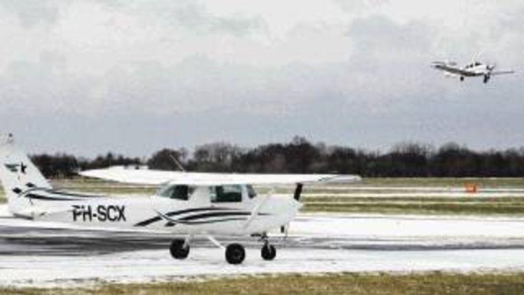 De verkeersleiding op vliegveld Teuge. Rechts Coert Munk, de directeur van de luchthaven. (JÃ¿RGEN CARIS) Beeld