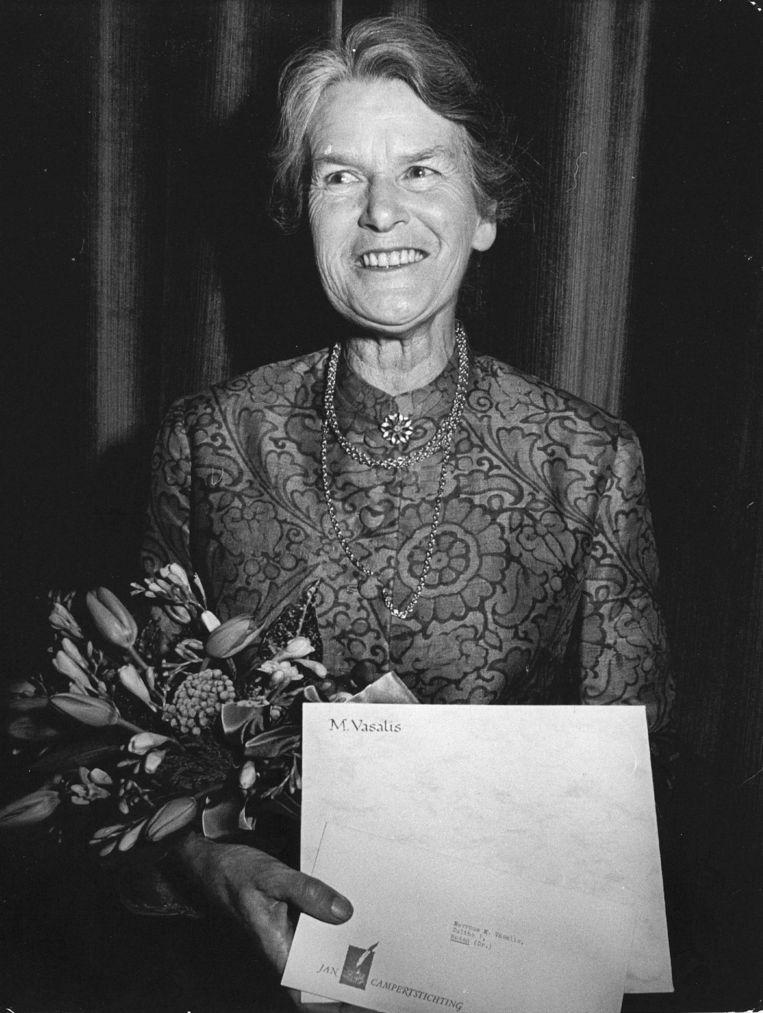 De dichteres M. Vasalis, in 1974, nadat zij  in Den Haag de Constantijn Huygensprijs in ontvangst had genomen. Beeld ANP