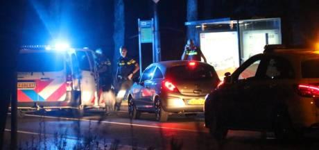 Politie rijdt met groot machtsvertoon auto klem in Apeldoorn en neemt een vrouw mee