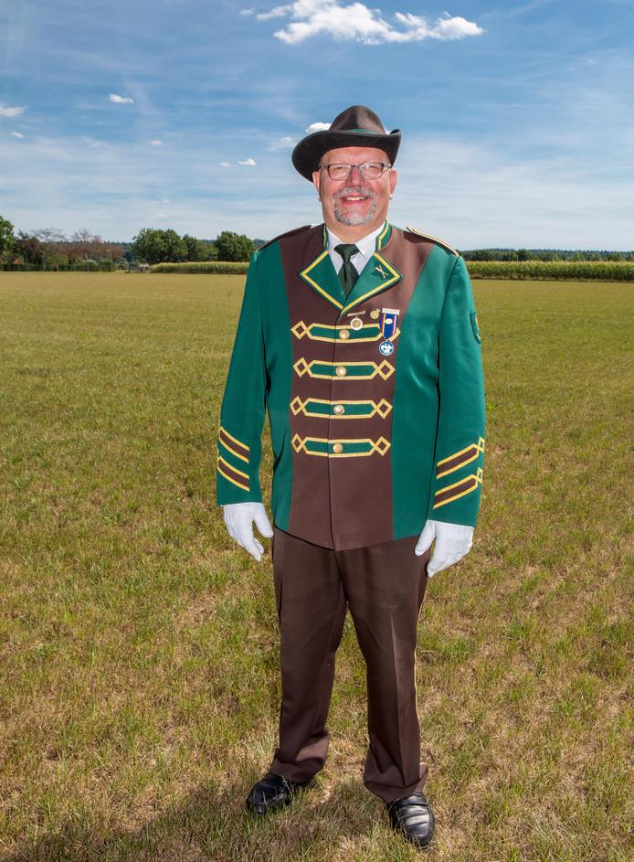 Voorzitter Jan Zwartjes ging op de knieën.  Foto David van Haren