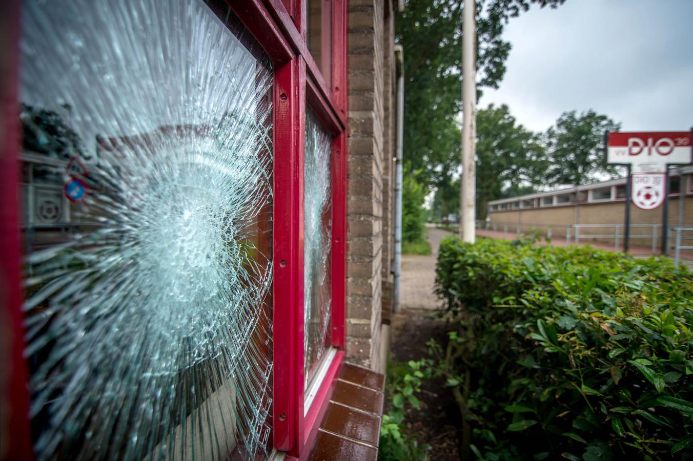 De schade die vandalen hebben aangericht aan het clubhuis van DIO'30 op de Gelenberg. O die reden is ook cameratoezicht nodig.