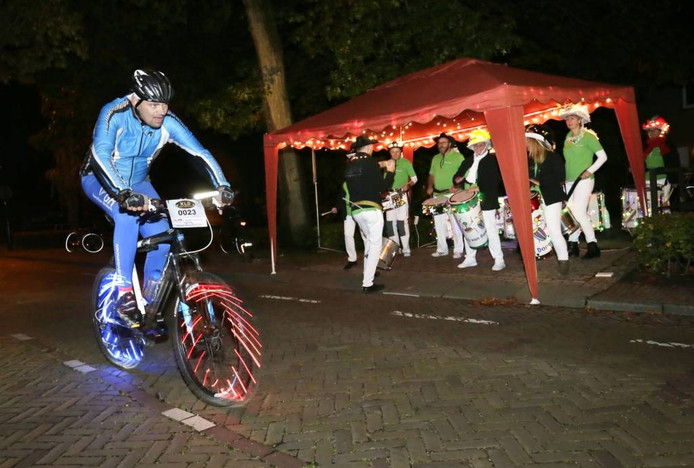 Deze met lichtjes versierde deelnemer fietst langs De Bakkerij van Dongen, een Braziliaanse drumband zorgt voor vertier. Foto Joyce van Belkom/Pix4Profs