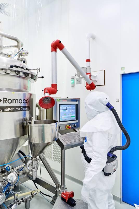 De bereiding van medicijnen bij Produlab Pharma in de huidige fabriek. In de nieuwe fabriek wordt ook geproduceerd en afgevuld.