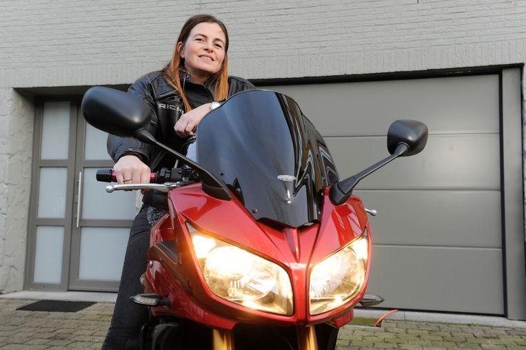 """Marie-France De Vroey (38) uit Merksem rijdt met een Yamaha FZ1 (1.000 cc). """"Ik ben altijd blij dat ik kan zeggen dat ik zelf rijd."""""""