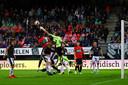 Keeper Hobie Verhulst van Go Ahead Eagles mag met zijn postuur best wat  vaker uit het doel komen en een bal wegboksen. Het zou zijn defensie aanzienlijk meer rust geven.