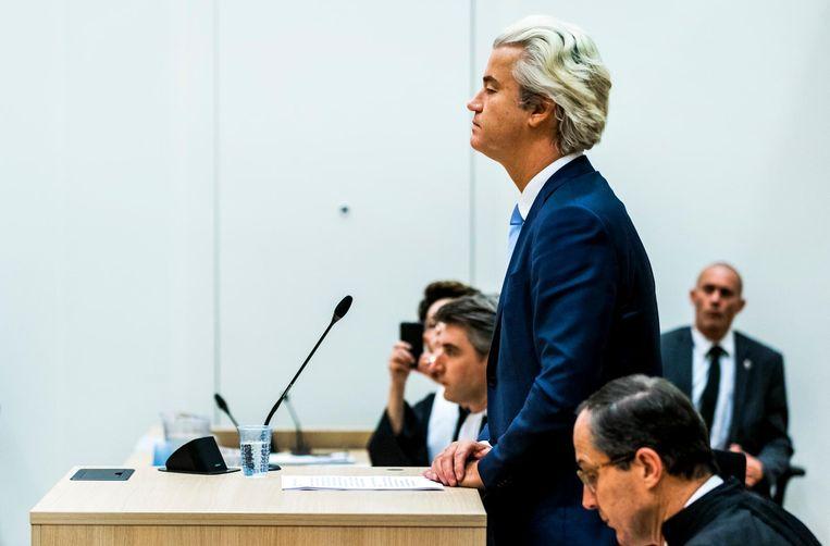 Geert Wilders neemt het woord in de rechtbank op Schiphol in de zaak rond de minder Marokkanen-uitspraken van de PVV-leider. Wilders maakt gebruik van zijn recht op het laatste woord in het proces. Beeld anp