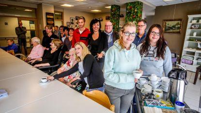 Studenten leren bejaardenzorg in woonzorgcentra