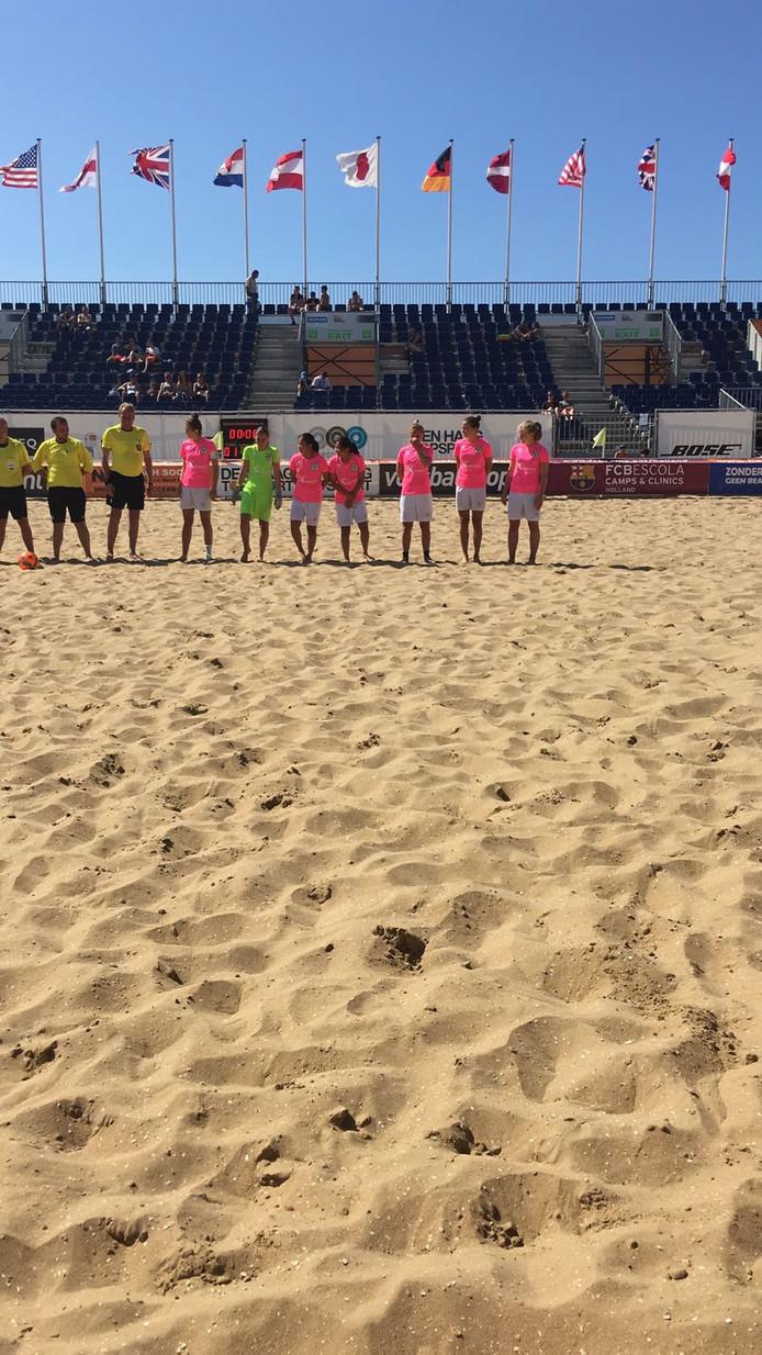 De vrouwenploeg van Beach Soccer Zeeland verloor twee keer in Scheveningen.