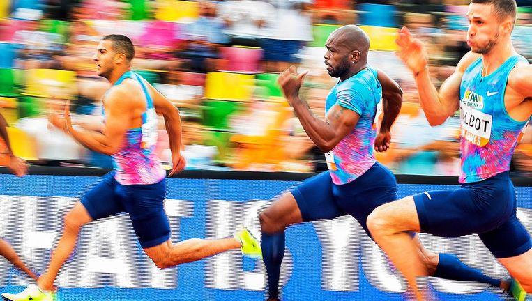 Churandy Martina in de bocht tijdens zijn 200 meter in Hengelo. De baanrecordhouder noteerde de vijfde tijd: 20.76. Beeld Klaas Jan van der Weij / de Volkskrant
