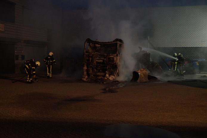Vrachtwagen in brand bij Waalwijk.