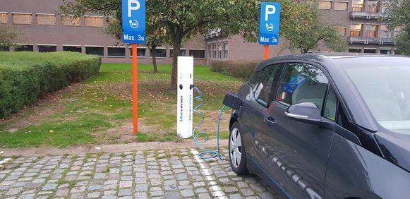 Een laadpaal op de parking van provinciaal domein De Gavers.
