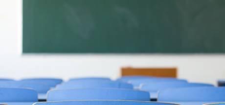 Leerling loopt met neppistool klaslokaal Were Di Valkenswaard binnen