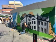Beschilderde bouwschutting bij station in Arnhem trekt veel bekijks