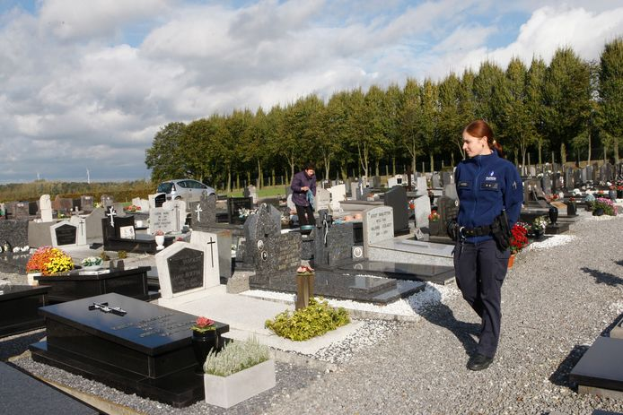 Foto ter illustratie. De politie trof de dame, verscholen onder een struik, aan op het kerkhof in Waanrode.