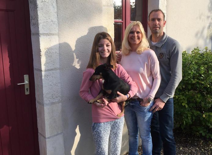 Loes Vos en Bart van Iersel, met dochter Amber en hond Bikkel voor Maison Les Galettes, hun nieuwe bed & breakfast in het hart van Frankrijk.