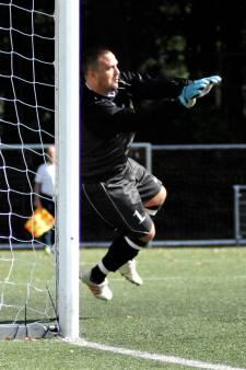 Ex-Feyenoord-spits Jhon van Beukering maakt furore als keeper bij vierdeklasser