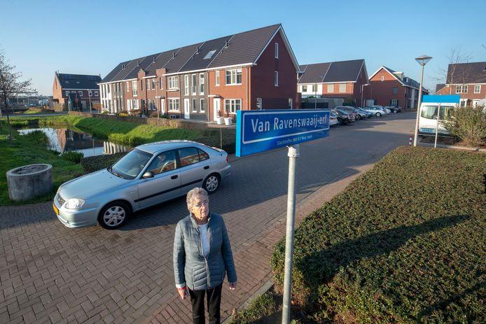 Hein van Raavenswaaij bij het straatnaambord in Veenendaal Oost waarin haar zusje Marietje is vernoemd.