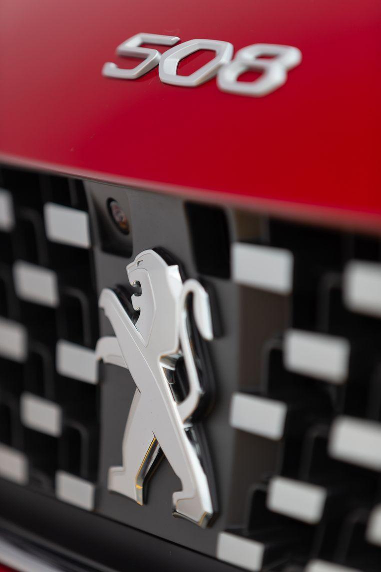 Zoals dat in de vorige eeuw ooit het geval was bij modellen als de Peugeot 404 en 504, prijkt op de neus het typenummer en is de leeuw van de motorkap terugverhuisd naar de grille. Beeld