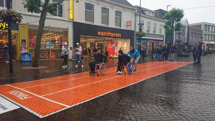 De atletiekbaan werd in de stromende regen voor het eerst gebruikt.