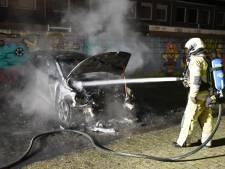 Jongens met bivakmutsen gezien bij autobrand in Utrechtse Rivierenwijk