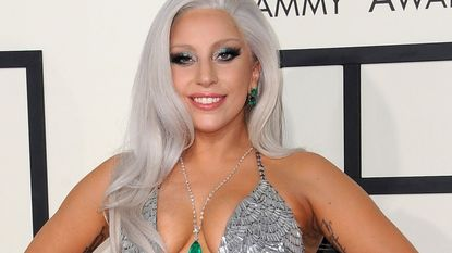 Lady Gaga blundert op Grammy's: nippleslip én Ed Sheeran aanzien voor ober