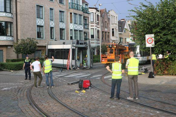 Het stutten van het appartementsgebouw duurt langer dan voorzien. De tram blijft voorlopig onaangeroerd in de Cruyslei staan.