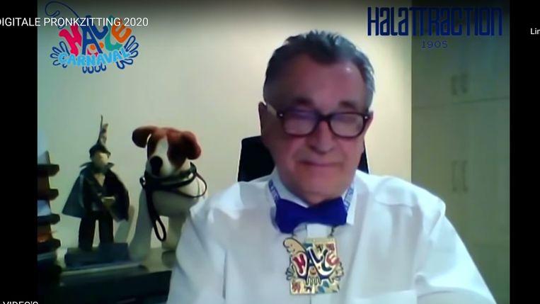 Voorzitter Jos Appelmans van Halattraction aan het woord tijdens zijn videoboodschap, een digitale pronkzitting door het coronavirus.