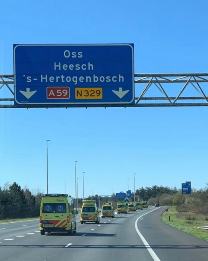 Een colonne van ambulances vanuit het hoge noorden op weg naar ziekenhuizen in Brabant. De foto is afgelopen weekend gemaakt door een medewerker van een Fries ambulancebedrijf.