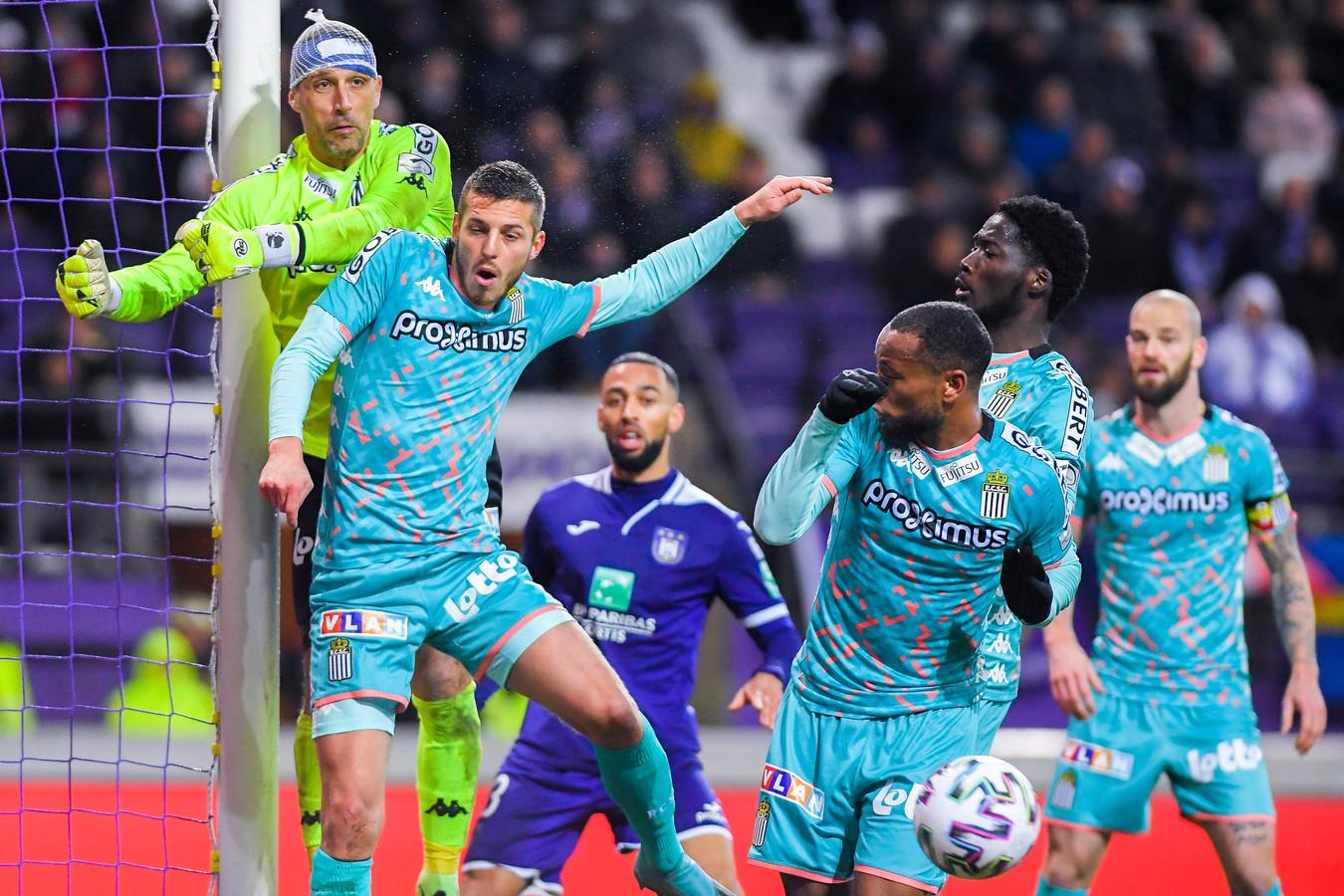 Charleroi-keeper Penneteau speelt met een netje vanwege een hoofdblessure.