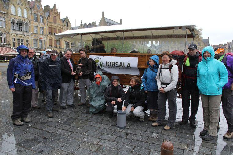 De wandelaars vertrokken in de gietende regen. Schepen Verschoore gaf hen een loopgravenlantaarn mee van het 'In Flanders Fields' museum.