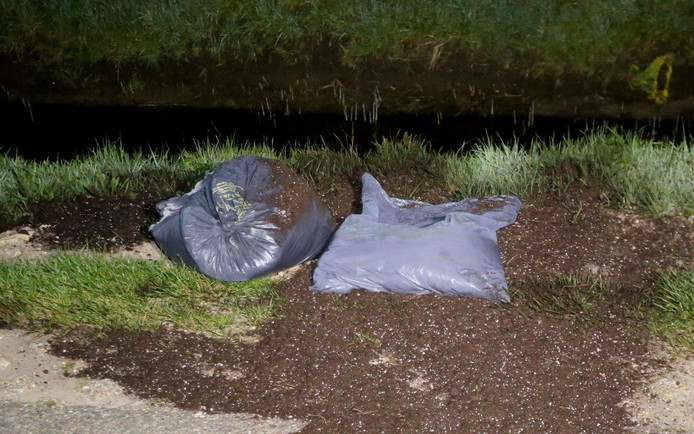 Op de Gementweg tussen Vught en Cromvoirt zijn in de nacht van vrijdag op zaterdag enkele honderden zakken met hennepafval gedumpt.
