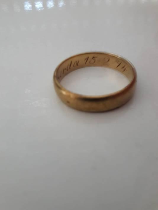 De inscriptie met de naam van zijn vrouw en de huwelijksdatum zijn ook na 38 jaar in de grond nog te lezen.